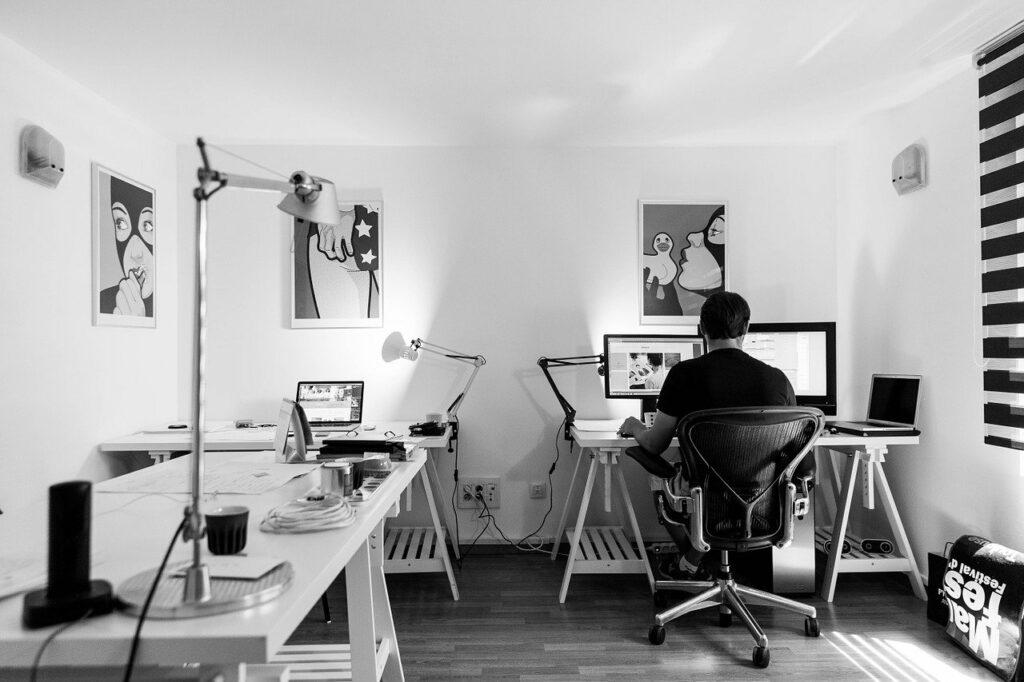 Kancelář a vybavení nutné pro provoz a správu eshopu